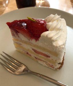 ケーキを食べながら女子会